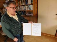 Miloslav Šváček s diplomem k udělení pamětní medaile České biskupské konference