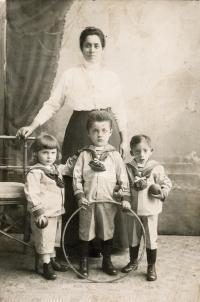 Amálie Ledererová s dětmi. Zleva Erich, Eda, Jindřich, ca 1915
