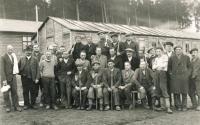 Pracovní tábor Kolvín - Svatá Dobrotivá (Brdy, dnešní Zaječov), 1942. Otec Viléma Lederera třetí zleva