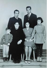 Nahoře bratři Kiriakos a Dimitrios Iokimidisovi. Dole matka pamětníka Sofia, jeho manželka a děti