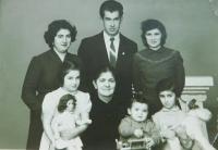 Nahoře zleva Elisabet s bratrem Dimitriosem a jeho manželkou. Dole jejich děti s matkou pamětníka Sofií v roce 1961