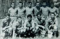 Fotbalová tým Řeků žijících v Karviné. Dimitrios Ioakimidis dole vlevo.
