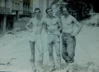 Práce v Bytostavu. Dimitrios Ioakimidis vpravo.