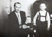 Pavel Bednár se synem Pavlem a Jirkou v roce 1962