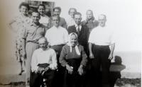 Rodina Bednárová na Dolině. Dole rodiče Jan a Pavla, uprostřed zprava bratři Jan, Adam, Michala Pavel, nahoře zprava sestry Anna, Eva, Zuzka, Pavla a Emílie