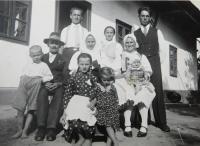 Rodina Bednárová v osadě Dolina. Pavel Bednár nahoře vlevo