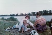 Červenec 1988 na útěku - předstíraná dovolená. S maminkou Naděždou a synem Davidem