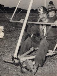 foto hlavatého se synem pro rakouský časopis nedlouho po emigraci