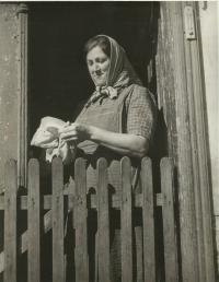 Marie Rerychová ve vchodu do hájovny OBORA 1943