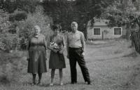 Marie Rerychová u hájovny OBORA s Nikolajem Děktarevem a jeho dcerou Irou, léto 1967