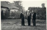 Osvald Rerych u hájovny OBORA s Kosťou a Anatolem (léto_1966)