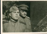 ukrývaný Nikolaj (v pozadí pplk. Kamorda) 1945
