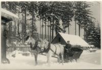 Osvald Rerych v pozadí seník sloužící jako úkryt