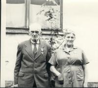 Osvald a Marie Rerychovi s vyznamenáními (Leskovice, 60.léta)
