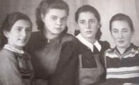 With friends from the Zionist movement. From the left: Zleva: Eva Schweitzer (has not returned from concentration camp), Margit Zantner (survived), Alisa Fauská-Schiller (survived), Edita Březinová