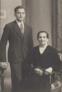 1935 - s maminkou jako student střední školy