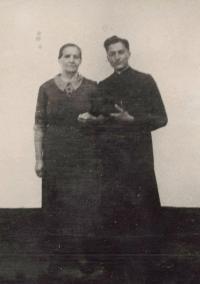 1948 - s maminkou jako kněz
