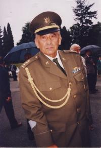 Rudolf Macek na hřbitově u symbolického hrobu gen. H. Píky v Plzni