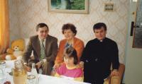1984 - Na návštěvě u rodiny v Dolních Bojanovicích. Petr Esterka se sestrou Anežkou, bratrancem Vojtěchem a neteří Jitkou.