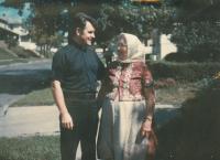 1977 - S maminkou ve svém působišti v USA