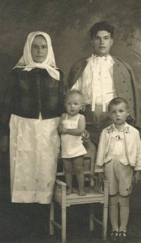 1940 (cca) - Petr Esterka s rodiči a sestrou Anežkou, Dolní Bojanovice