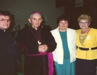 1990 - Vzácná fotografie zachycuje arcibiskupa Františka Vaňáka na měsíční pastorační cestě po USA. Po levé straně Petr Esterka, po pravé straně Anežka Hromková