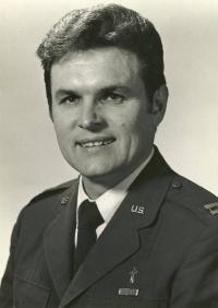 1974 - V letech 1974-1995 byl Petr Esterka kaplan (Podplukovník) v jednotce rezervní vzdušných sil v Minneapolis.