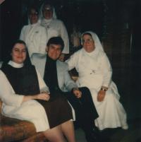 1963 - s řádovými sestrami, které Petra Esterku učily anglicky