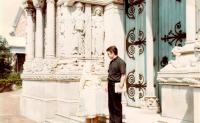 1977 - Petr Esterka s maminkou u kaple koleje sv. Kateřiny