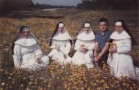 """1963 - USAna výletě s řádovými sestrami, které Petra Esterku učily anglicky. Na rubu fotky stojí: """"Když jsem si koupil auto, vyjeli jsme ho """"oprubovat"""". Sestry s sebou vzaly fotoaparát a zrovna jsme uviděli pěkné místo a tak jsme se na chvilku zastavili."""""""