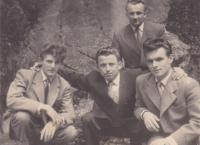 1957 - Petr Esterka (dole napravo) a Josef Šupa (dole nalevo) s kamarády v uprchlickém táboře v Rakousku