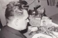 1963 - USA, Petr Esterka s fotkami hranic při sepisování vzpomínek na ilegální přechod