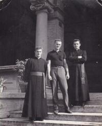 1967 - Petr Esterka (vpravo), Vladimír Syrovátka (uprostřed), Josef Šupa (vlevo) u koleje v Římě. Setkání po deseti letech od společného útěku z Československa.