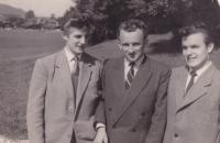 1957 - září, uprchlický tábor v Rakousku, Petr Esterka vpravo, Josef Šupa vlevo, uprostřed kamarád. Petr Esterka někde vzpomínal, že při přechodu hranic měl Syrovátka na starosti zavazadla, která zůstala mezi dráty. Fotoaparát mu zůstal.