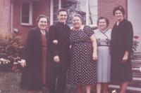 1963 - USA, Petr Esterka s krajankami (v šedém Marie Topenčíková, která odešla také z Dolních Bojanovic do USA)