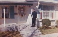 """1963 - San Antonio, Texas: """"Tato fotka je braná na Boží narození. Je to dům polské rodiny, kde jsem byl na obědě. Na dveřích je balíček, na oknech svíce. To je vánoční dekorace. Vidět je to hlavně večer, kdy to svítí."""""""