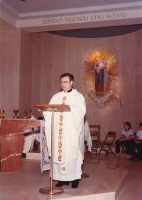 """1984 - Petr Esterka: """"Toto jsem byl slavnostním kazatelem na první pouti krajanů k Panně Marii Hostýnské ve Washingtonu (začátek léta)"""