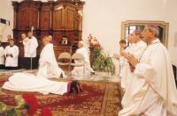 1999 -biskupské svěcení,  Petr Esterka (leží). Napravo Giovanni Copa, apoštolský nuncius, Vojtěch Cirkle, brněnský biskup a Jan Graubner, olomoucký arcibiskup