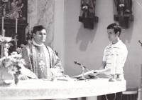 1990 - Petr  Esterka při mši svaté v Dolních Bojanovicích, vpravo Jiří Kaňa, pozdější kněz (přesný rok není určen, ale zřejmě by před rokem 1989 nemohl veřejně sloužit mši svatou v kostele).