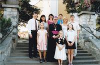 1999 - Petr Esterka a jeho synovci po biskupském svěcení u kostela sv. Václava v obci Dolní BOjanovice