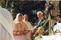 1999 - slavnost po biskupském svěcení, Petr Esterka mezi sestrou Anežkou a švagrem