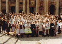 1989 - svatořečení Anežky České v Římě, Petr Esterka uprostřed farníků z obce Dolní Bojanovice. Slyšela jsem,že tato fotka byla ve své době velmi slavná, protože se dostala na titulní stranu L'Osservatore Romano, slavného magazínu z Vatikánu