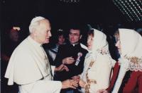 1989 - audience u papeže Jana Pavla II, vzadu Petr Esterka, ruku papeži podává Anežka Hromková