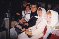1989 - sourozenci Petr Esterka a Anežka Hromková mezi svými přáteli, svatořečení Anežky České v Římě