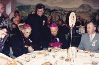 1989 - Řím, Petr Esterka (stojí), vlevo arcibiskup František Vaňák, vpravo biskup Jaroslav Škarvada
