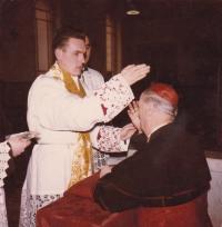 1963 - Petr Esterka a kardinál Luigi Traglia, který přijíma novokněžské požehnání