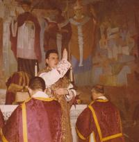 1963 - Petr Esterka při své první mši svaté. Na mnoha místech se uvádí, že měl tuto mši v lateránské bazilice, ale tyto krásné malby jsou v kapli Nepomucena v Římě