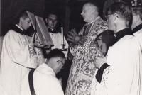 1959 - Petr Esterka (vzadu) jako ministrant při mši svaté v kojeli Nepomucenum