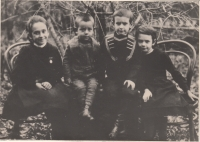 Děti Sergejeviče Vladimiroviče Marakujeva, vpravo Sofie (maminka Anastázie Kopřivové)