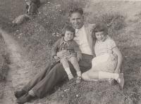 Anastázie Kopřivová se starší sestrou a tatínkem